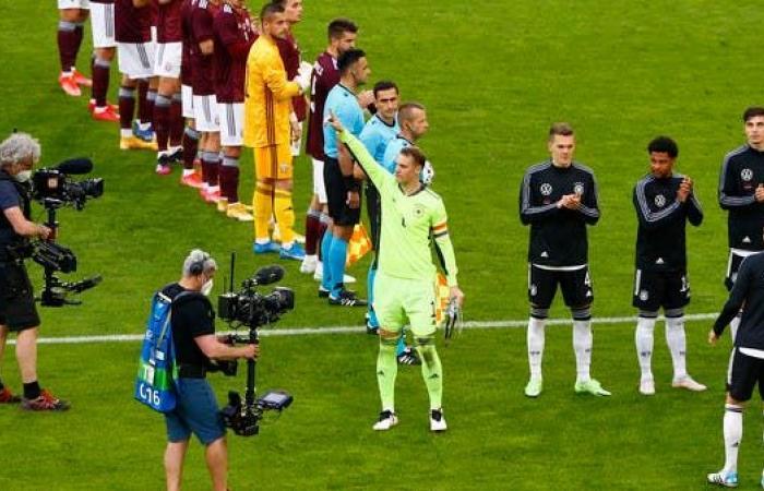 لاعبو ألمانيا يكرمون نوير بمناسبة مباراته رقم 100