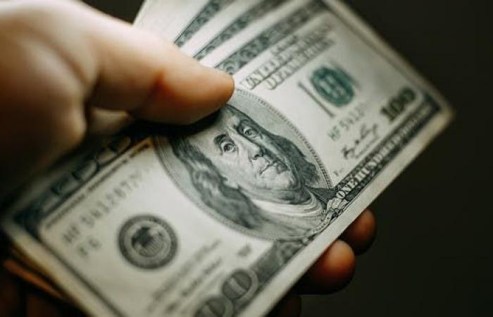 الدولار يتشبث بمكاسبه الأخيرة قبل بيانات التضخم واجتماع المركزي الأوروبي