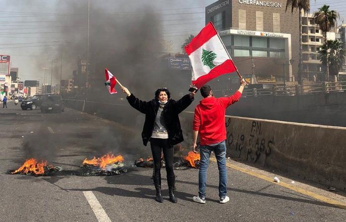 اللبنانيون ينتفضون على الذل… قطع طرقات ودعوات للتصعيد