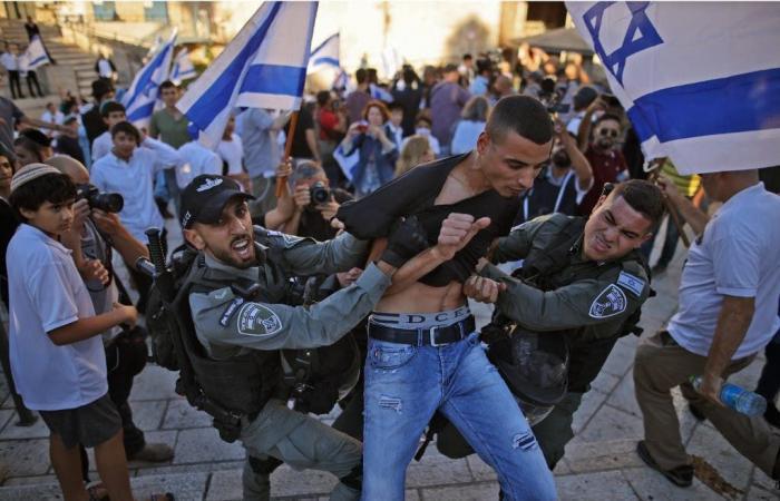 إسرائيل تطلق قنابل الغاز عند السياج الحدودي مع غزة