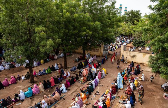 هجوم بالسكين على الرئيس المؤقت لمالي أثناء صلاة العيد