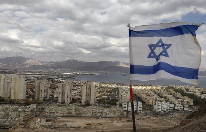 """إسرائيل """"تقصف"""" لبنان بسلاح جديد"""