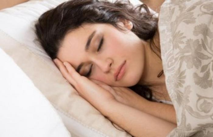 لماذا ينام البعض بعُمق بينما الأشخاص الآخرين ينامون نومًا خفيفًا؟