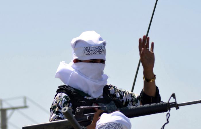 بالصور.. طالبان تستعرض بقندهار بمعدات عسكرية أميركية مصادرة