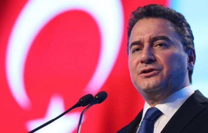 علي باباجان: تركيا وصلت إلى مفترق طرق