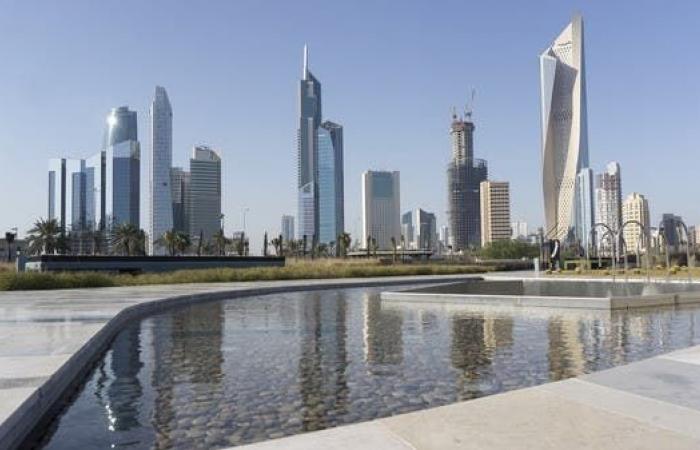 صحيفة: الكويت تبدأ خفض رواتب العاملين بنسب تصل لـ50%