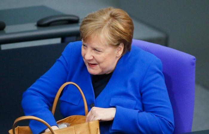 """ألمانيا.. نفاد """"دمى ميركل"""" قبل رحيلها من منصبها"""