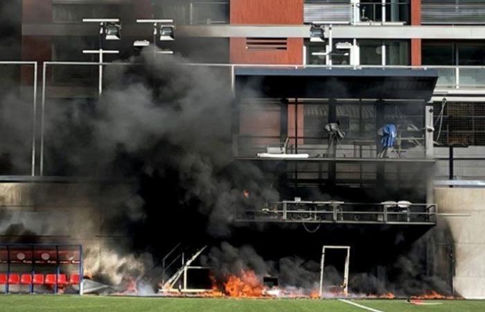 بالفيديو: اندلاع حريق في الملعب قبل مباراة أندورا وانكلترا