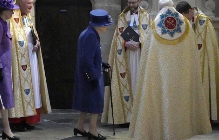 للمرة الأولى… الملكة إليزابيث الثانية تستخدم عصا للمشي