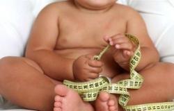 ترضية الأطفال بالسكريات سبب البدانة والتغذية السيئة