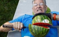 """دخل موسوعة """"غينيس"""" لتقطيعه أكبر عدد من البطيخ!"""