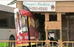 حادث سير بين حافلة ومبنى بأمريكا يثير حيرة السلطات (فيديو)