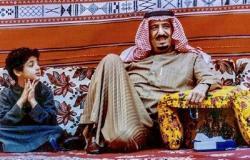 بالصورة: من الصبي الجالس إلى جانب الملك السعودي؟